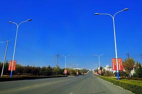 蓝色天空下宽阔的柏油公路