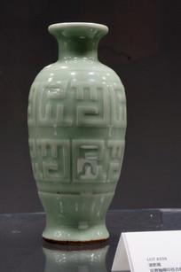 清乾隆豆青釉模印仿古纹瓶