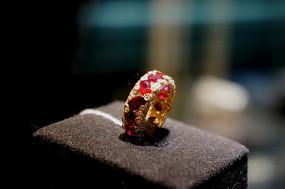 红宝石钻戒