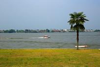 湖面奔驰的快艇