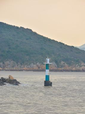 海岸上的绿色灯塔