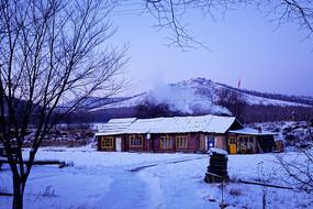 边塞村庄农家雪景