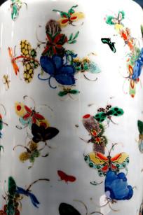 瓷器上的彩蝶图案