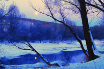 月光下的冰雪河流