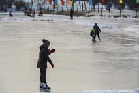 滑冰场上站着滑冰的小女孩