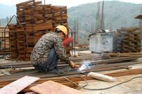 烧电焊的工人