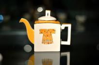 绘古代服饰纹方形茶壶