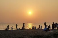 海滨沙滩及人物剪影