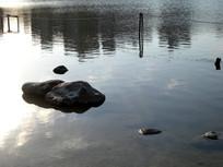河边的磊石