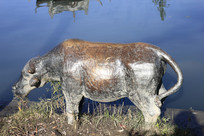 水边雕塑牛