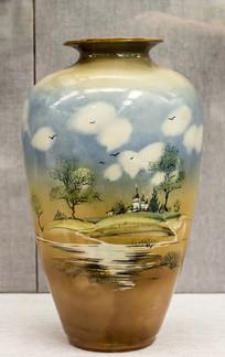 彩绘风景图瓷瓶