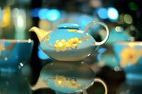 玉兰花纹蓝釉瓷壶