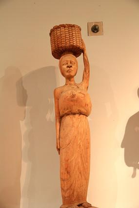头顶竹筐妇女木雕