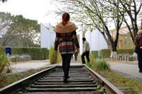 走在铁轨上的美女