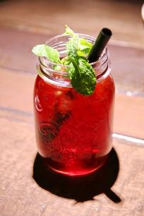 玻璃杯装苹果汁饮品