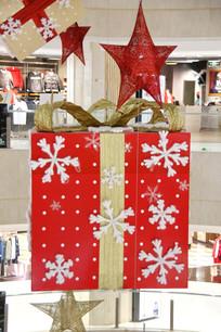 红色圣诞礼物盒和星星