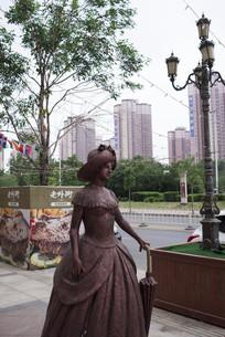 现代城市中的古典女雕塑