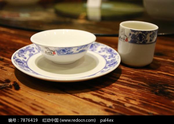 中式陶瓷餐具图片