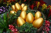 花丛中的金蛋雕塑艺术图片