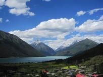 湖泊雪山风光图片