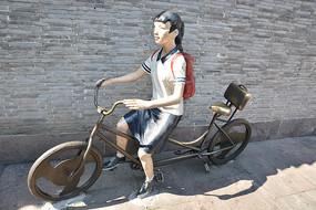 雕塑骑车的女学生