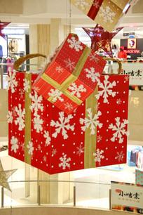雪花图案的红色圣诞礼物盒