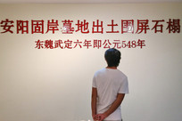 参观博物馆的男人背景