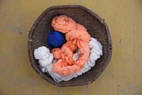 老物件篮子中的纱线