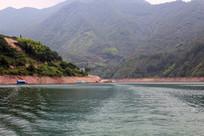水边的大山