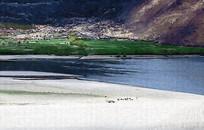 山坡湖泊风景