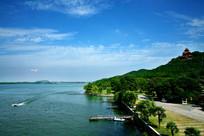 蓝天白云湖光山色水岸游船