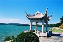 蓝天远山湖泊亭岸风景