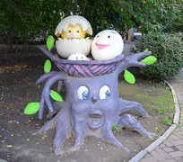 卡通树与鸟巢雕塑