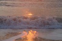 晨光下的浪花