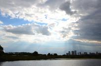 阳光透过乌云景色