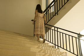 女生走路的背影