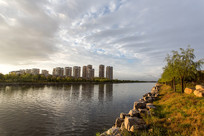 河边的高层建筑