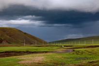 大雨将至的草原天空