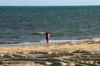 美女海边散步图片