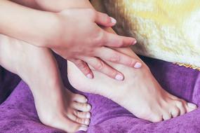 女性的手与脚