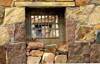 石头墙木窗建筑图片