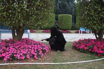 低头看花的女性背影