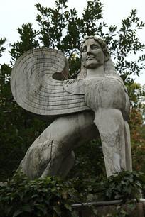 雕刻人头飞马像