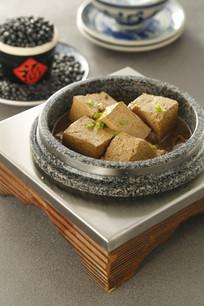肉汁熬炖黑豆腐