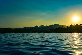 夕阳下的山区度假酒店游泳池