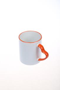 一个白色的陶瓷水杯
