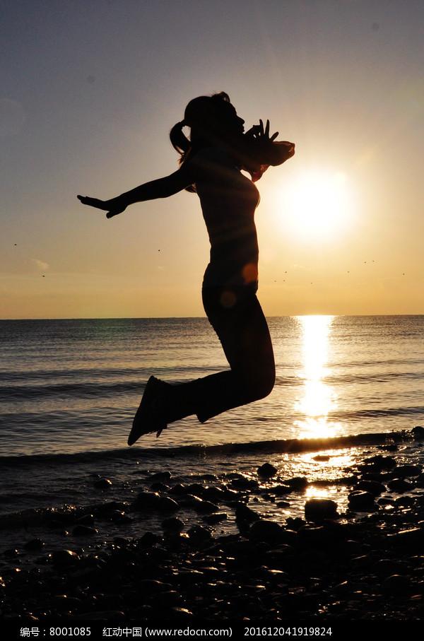 迎着朝阳起舞的女人图片