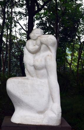 母亲与儿子雕像