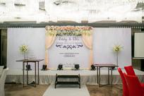 白色舞台婚礼布置
