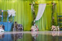 绿背景婚礼布置